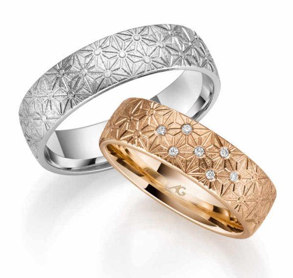 Trauringe mit Struktur und Diamanten in zwei unterschiedlichen Farben Design